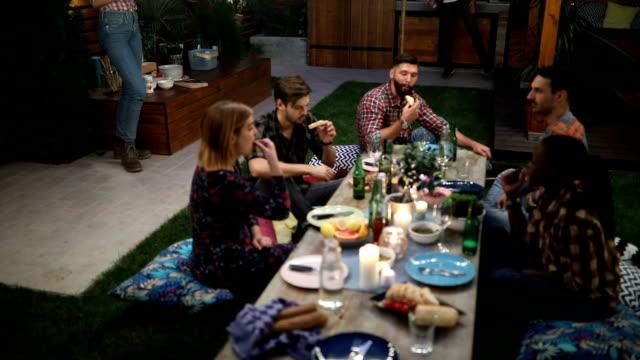 vídeos y material grabado en eventos de stock de grupo de amigos con una cena al aire libre - cena