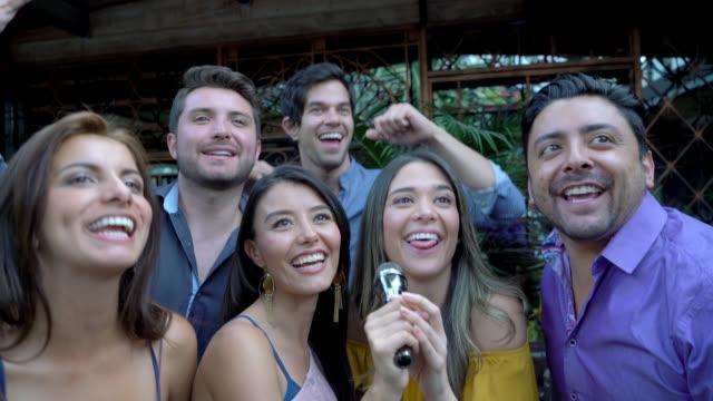 Groep vrienden plezier op een karaoke-bar