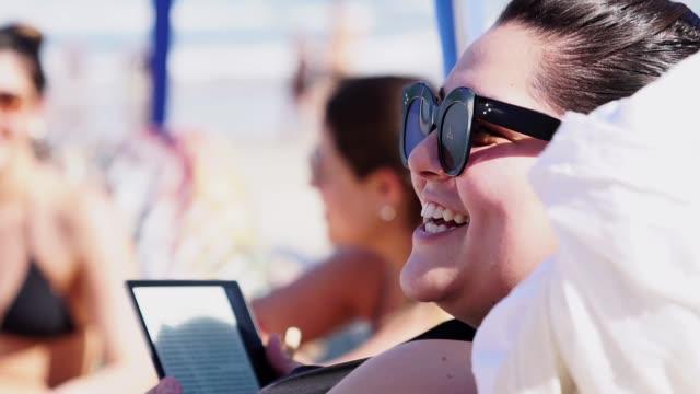 gruppe von freunden, die spaß am strand sommertag in brasilien - dicke frauen am strand stock-videos und b-roll-filmmaterial