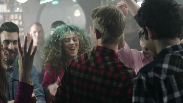 gruppe von freunden, die spaß am nachtclub - happy hour stock-videos und b-roll-filmmaterial
