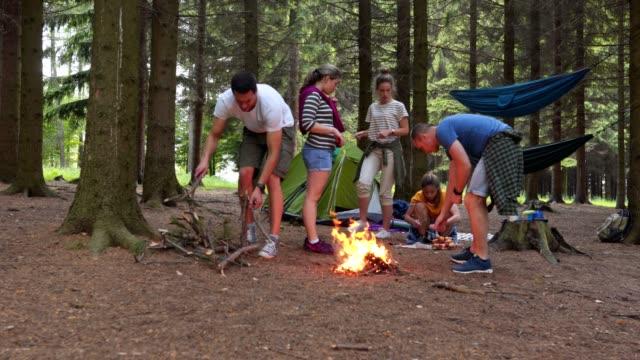 gruppe von freunden mit spaß camping im wald - überleben stock-videos und b-roll-filmmaterial