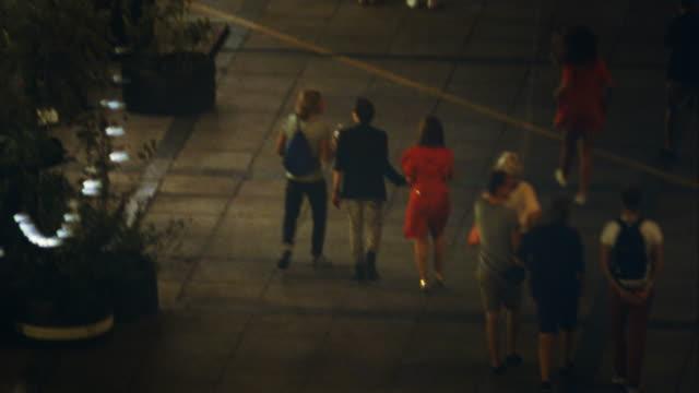 vídeos de stock, filmes e b-roll de grupo de amigos se divertindo na rua. - dance music