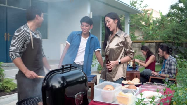 自宅屋外バーベキューを持つ友人のグループ - バーベキューグリル点の映像素材/bロール