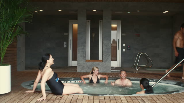 ws group of friends in hot tub / bellevue, washington, usa - bagno caldo video stock e b–roll