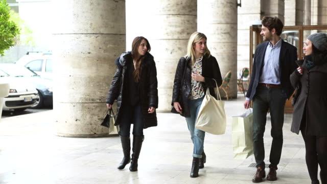 様のご友人とご一緒に、イタリアでのショッピング - ラツィオ州点の映像素材/bロール