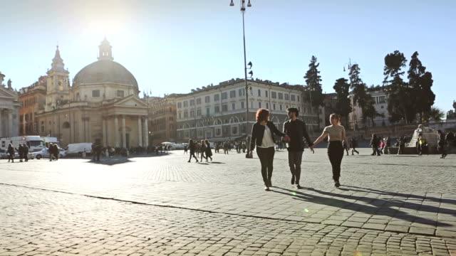 gruppo di amici di roma a piedi e vai - gruppo di oggetti video stock e b–roll
