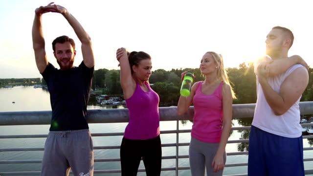Gruppe von Freunden, die joggen zusammen