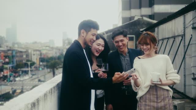 vídeos y material grabado en eventos de stock de grupo de amigos riéndose de un selfie (cámara lenta) - 25 29 años