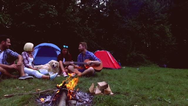 Gruppe von Freunden auf Campingplatz