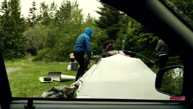 キャンプの荷造りの友人のグループ - 寝袋点の映像素材/bロール