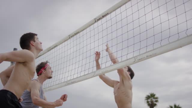 Gruppe von Freunden spielen Sie beach-volleyball