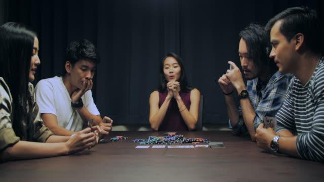 gruppe von freunden entspannen und spielen karten zusammen zu hause. - hängen stock-videos und b-roll-filmmaterial