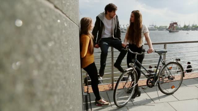 vídeos de stock e filmes b-roll de group of friends relaxing outdoor in germany - centro da cidade