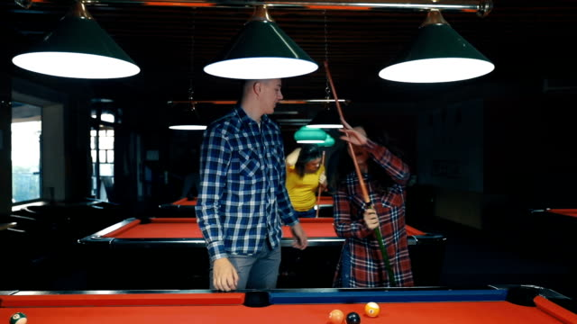 vídeos de stock e filmes b-roll de group of friends shooting pool on a night out - mesa de bilhar