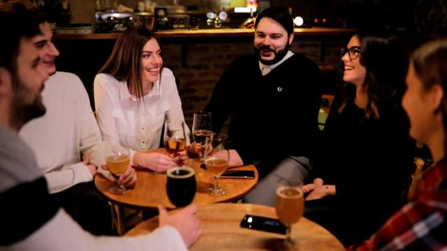 vídeos de stock e filmes b-roll de group of friends sitting in pub together - depois do trabalho