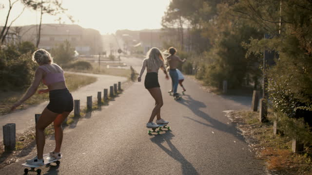 vídeos y material grabado en eventos de stock de group of friends skateboarding together - pasear en coche sin destino