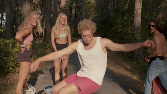 vídeos y material grabado en eventos de stock de group of friends skating in the forest - pasear en coche sin destino
