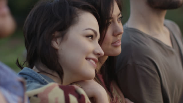 vídeos y material grabado en eventos de stock de group of friends smile and watch the sun set from city rooftop - parque ciudad