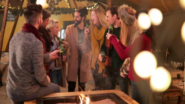 vídeos de stock, filmes e b-roll de grupo de amigos socializar em uma tenda - neckwear