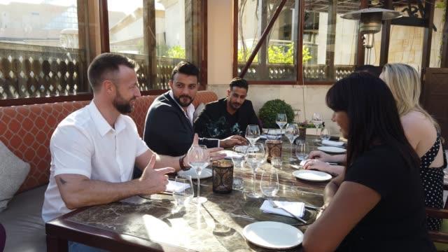 vidéos et rushes de groupe d'amis passant du temps ensemble dans un restaurant gastronomique - variété