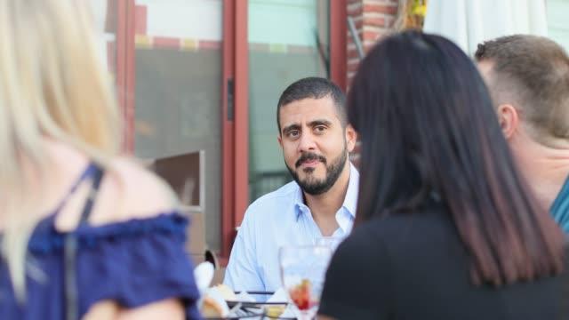 stockvideo's en b-roll-footage met groep vrienden tijd doorbrengen samen in een restaurant op het dak in dubai - elite