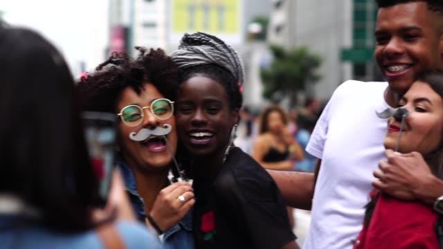 grupp av vänner att ta en selfie - äkthet och mångfald koncept - brasilianskt ursprung bildbanksvideor och videomaterial från bakom kulisserna