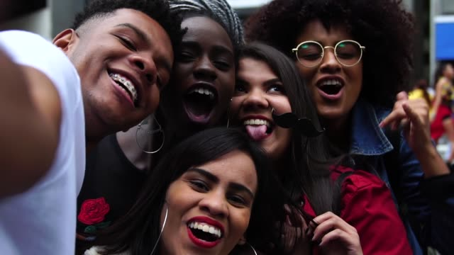 gruppe von freunden unter einem selfie - authentizität und diversity-konzept - person gemischter abstammung stock-videos und b-roll-filmmaterial