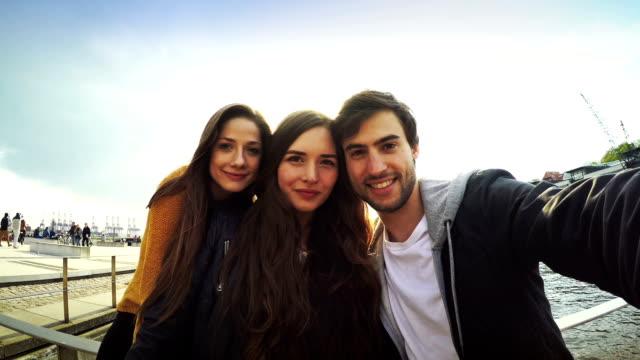 gruppo di amici prendendo un selfie - photographing video stock e b–roll