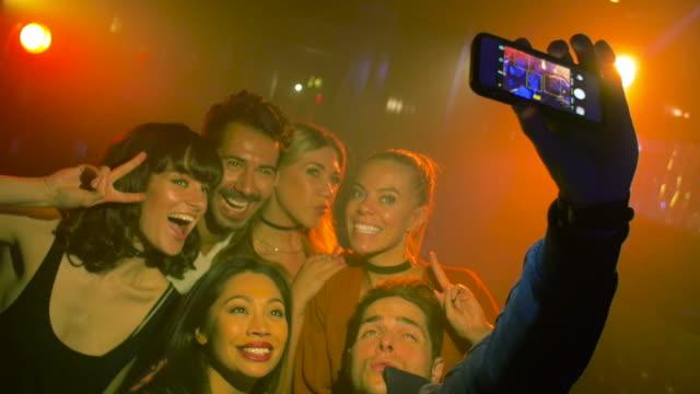 vidéos et rushes de group of friends taking selfie in nightclub. - discothèque