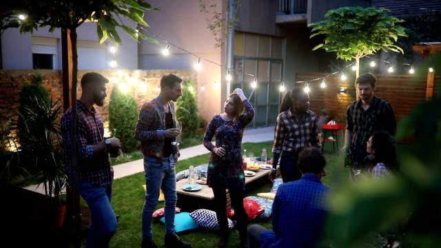 vídeos de stock, filmes e b-roll de grupo de amigos conversando no quintal - mesa mobília