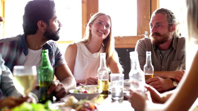 Groep vrienden praten Over een maaltijd