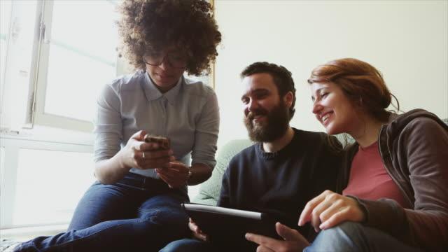 vídeos de stock, filmes e b-roll de grupo de amigos juntos, relaxante - escolhendo