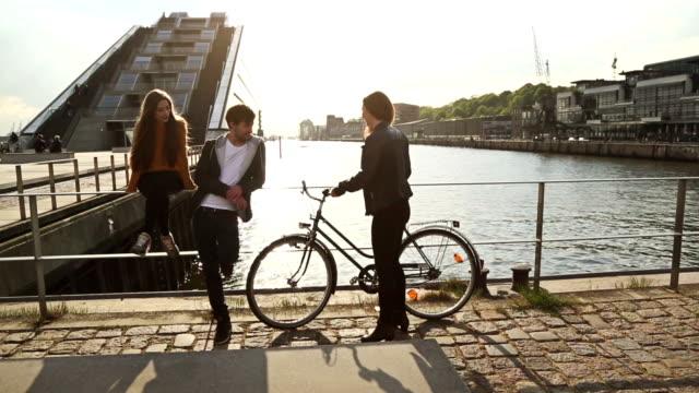 gruppe von freunden zusammen: sie kommt mit dem fahrrad - hamburg stock-videos und b-roll-filmmaterial
