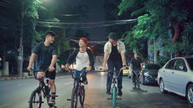休日に自転車に乗っている友人の観光客のグループ - タクシー点の映像素材/bロール