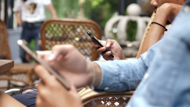 vidéos et rushes de groupe d'amis à l'aide de téléphone portable - communication sans fil