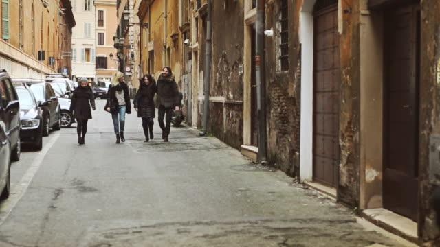 gruppo di amici a piedi nel vicolo di roma - gruppo di oggetti video stock e b–roll