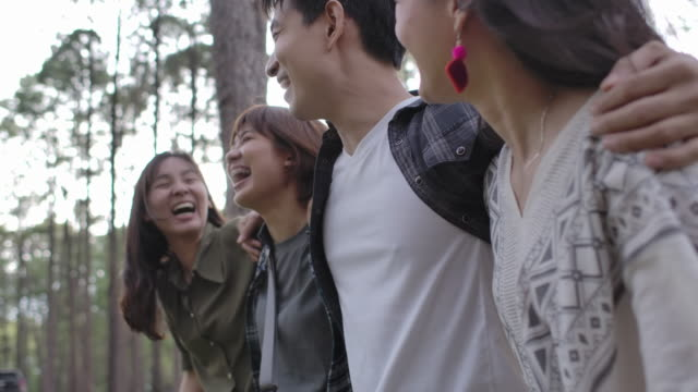 Gruppe von Freunden zu Fuß zusammen