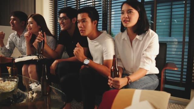 vidéos et rushes de groupe d'amis regarder match tv et les acclamations - regarder attentivement