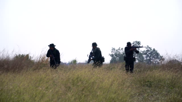 voll ausgestattet und bewaffnete soldaten ist patrouillen zu fuß direkt - öffentlicher auftritt stock-videos und b-roll-filmmaterial