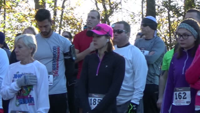 vidéos et rushes de group of fun runners singing us national anthem, star spangled banner, prior to competing in charity fun run in johnstown, pennsylvania. - être célèbre