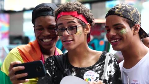 stockvideo's en b-roll-footage met groep vrienden van de gay nemen van een selfie - optocht
