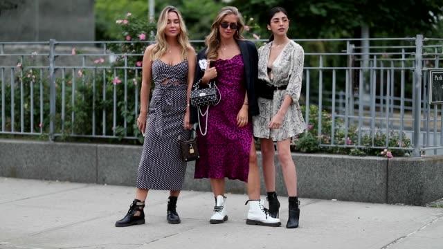vídeos y material grabado en eventos de stock de group of guests wearing dress during new york fashion week spring summer 2019 on september 07 2018 in new york city - semana de la moda de nueva york