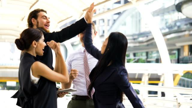 vídeos y material grabado en eventos de stock de grupo de gente de negocios feliz y positivo para celebrar - colega