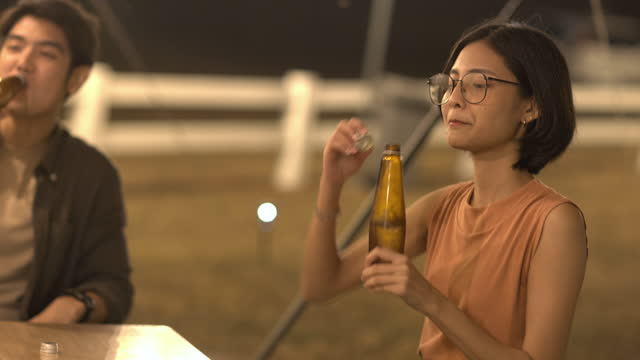 vídeos de stock e filmes b-roll de group of happy friends having fun together, drinking bottled beer in camping, celebrating, happily smiling - friendship, togetherness concept - 20 29 anos