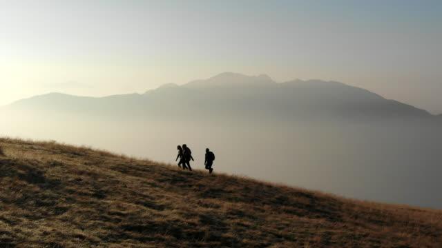 stockvideo's en b-roll-footage met groep van wandelingen verkennen alpine routes - wandelen buitensport