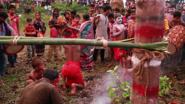 vídeos y material grabado en eventos de stock de a group of hindu devotees perform the rituals of charak puja festival in tangail bangladesh on april 14 2018 charak puja a very enchanting folk... - religión