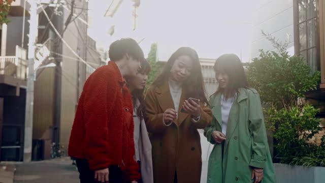 原宿で歩く日本人若年成人の集団 - ティーンエイジャー点の映像素材/bロール
