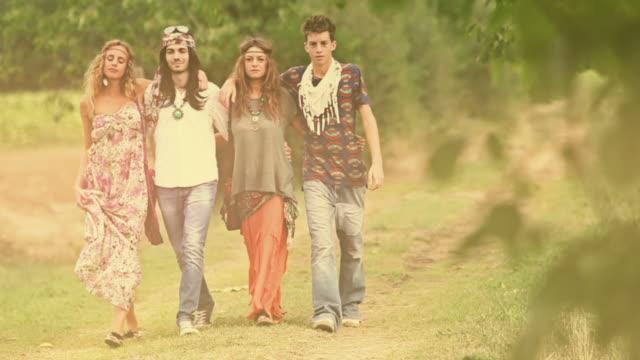 vídeos de stock, filmes e b-roll de grupo de amigos de hippie caminhada - hippie