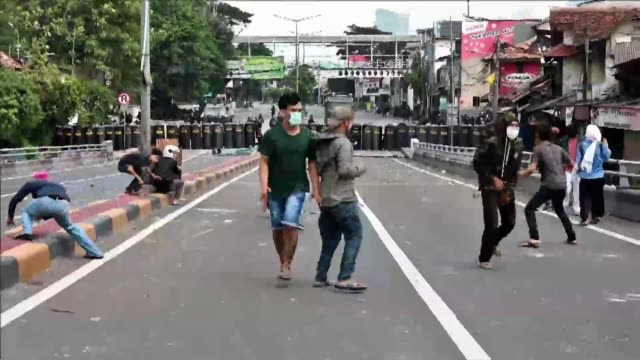 IDN: Indonesia: Protestors hurl objects at police