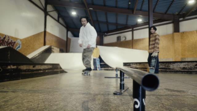 スケートパークでトリックを行う日本のスケートボーダーのグループ - スケートボード点の映像素材/bロール